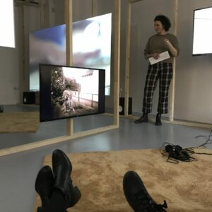 Õppereis Tartusse. Kulla Laasi kuraatorituur Kogo galeriis toimunud näitusel ''Tasakaaluviivitus''. 2020.