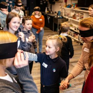Lapsed juhatamas disainitudengeid lävi VIVISTOPi stuudioruumi. Foto: VIVITA Eesti