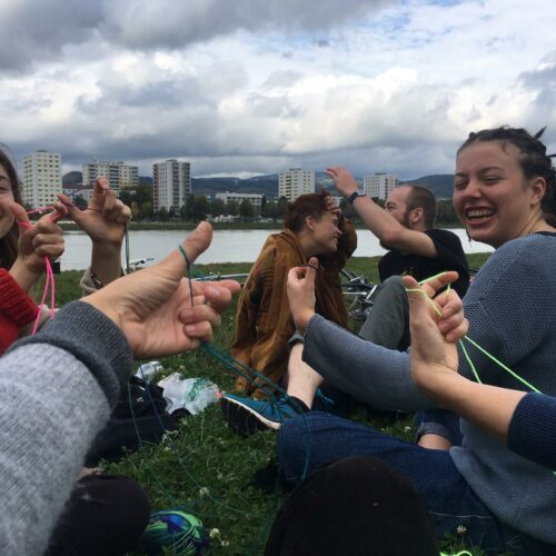 Kohalikele sõrmedega kudumist õpetamas - Laura-Maria Vahimets (2)