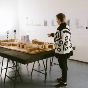 Arhitektuuritudeng Kristel Alliksaar oma tööd tutvustamas