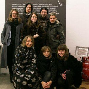 Marco Laimre (Tagareas paremal) oma üliõpilastega Umbrella Grupi näituse avamisel EKKM-s. Foto: Marianna Gunja