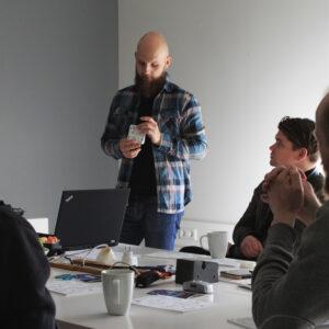 Õpilasakadeemiat võõrustasid tööstusdisainerid Mihkel Güsson ning Egert Uibo. Foto: Piret Mägi