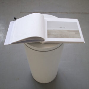 Elo Strauss. Köidetud vabadus. Dokumentatsioonifoto näituselt 15cm–3,6m ARSi projektiruumis 2017. Foto Elo Strauss