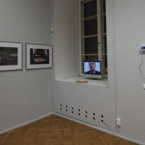 Janis-Kokk.-Suured-friikad-ja-kaks-hapukoorekastet.-Dokumentatsioonifoto-näituselt-1.2-Rüütelkonna-hoones-2015.-Foto-Janis-Kokkjpg-900x600