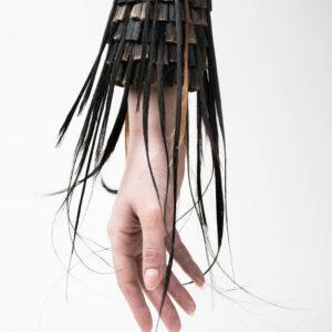"""Liisbeth Kirss Käeehe """"Soomusrüü surnule"""" 2016 M: sünteetilised juuksed, vaik, oksüdeeritud hõbe Foto autor: Sigrid Kuusk"""
