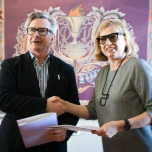 esli-noukoja-esimees-tiiu-truus-ja-eka-rektor-mart-kalm-680x453