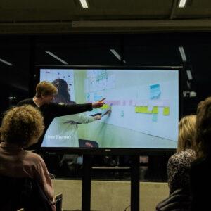 Tootedisaini osakonna vilistlaste Joosep Laht ja Maarja-Liis Raamat (mõlemad BA, 2018) ettekanne Verekeskusele disainitud kasutajaliidesest ja mobiilirakendusest