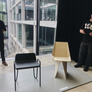 Teise kursuse tudeng Mihkel Arold esitamas oma tooli aines Mööblidisain, mai 20129.