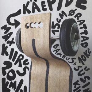 Aines Graafilise disaini alused 2019. aasta aprillis valminud esimese kursuse tudengi Hanna-Liisa Haukka plakat, mis kujutab Eraialaprojekt 2 aine raames valminud elektriliikurit.