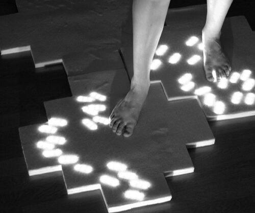 """Stella Kalkuni ja Liisa Aidi vaip Moonwalk, mis valgustab hämarat tuba, kui sellel kõndida. Valminud kursuse """"Valgus Tekstiilis"""" raames Kärt Ojavee juhendamisel. — Kärt Ojavee"""