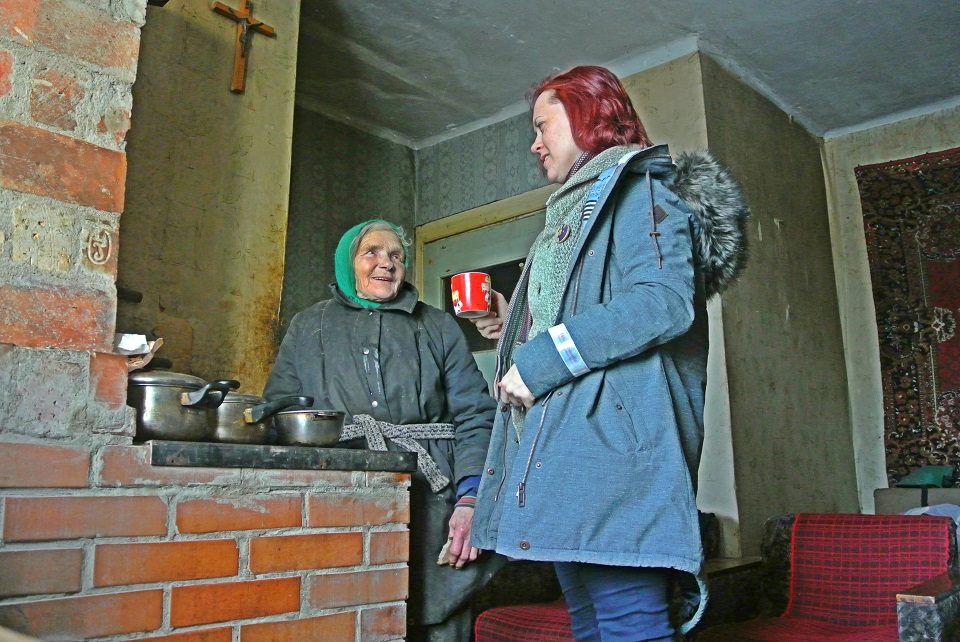 It is -16 degrees outside, and 84-year-old Anna is boiling tea for Mirjam