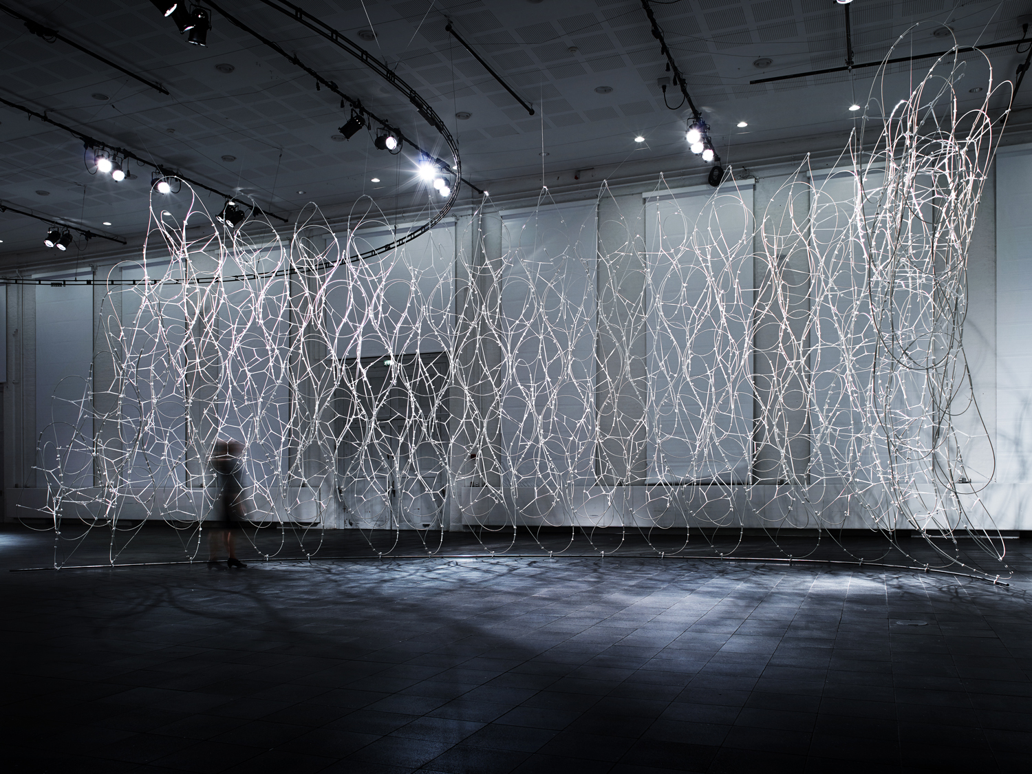 Lace Wall: a hybrid structure with a form that depends on the properties of the material